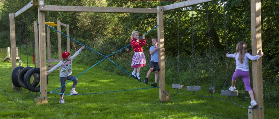 children climbing and getting the benefits of outdoor learning